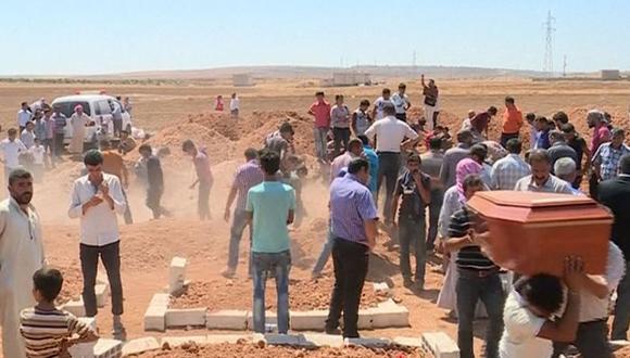 Una-multitud-despide-al-niño-y-al-resto-de-sus-familiares-muertos.-Foto-AP