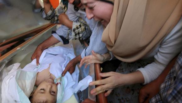 Una-tía-del-niño-se-desespera-ante-su-cuerpo-sin-vida-.Foto-Reuters