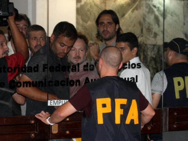El extitular de la Afsca, Martín Sabbatella, sale del edificio tras la intervención decretada por el gobierno de Mauricio Macri.