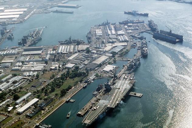 Foto de la base naval estadounidense en Subic, Filipinas, tomada el 1 de enero de 1993. En ella se aprecia el portaviones estadounidense USS Enterprise.