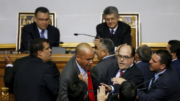 Hector Rodriguez (C), deputy of Venezuela's United Socialist Party (PSUV) argues with Julio Borges (2nd R), and others deputies of Venezuelan coalition of opposition parties (MUD) during a session of the National Assembly in Caracas January 5, 2016. REUTERS/Carlos Garcia Rawlins