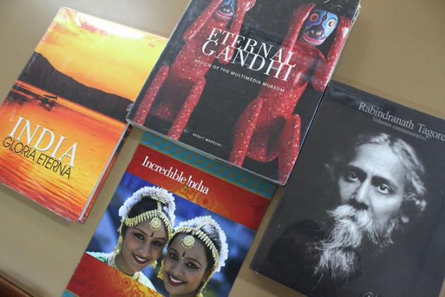 Donación de libros de la India a la BNV14