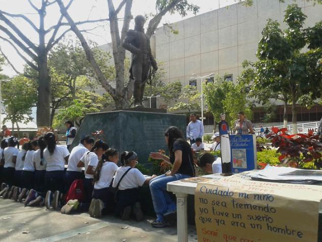 Leyendo a Bolívar lo Pintamos en la Plaza El Valle10