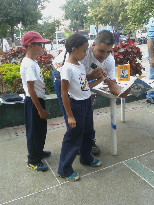Leyendo a Bolívar lo Pintamos en la Plaza El Valle13