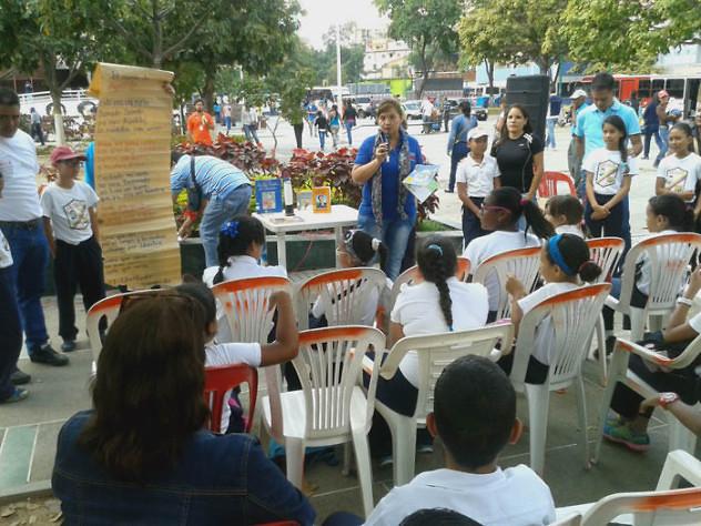 Leyendo a Bolívar lo Pintamos en la Plaza El Valle14