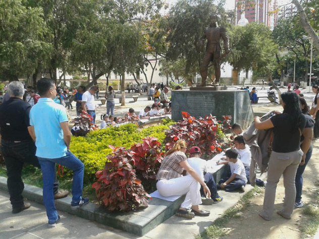 Leyendo a Bolívar lo Pintamos en la Plaza El Valle7