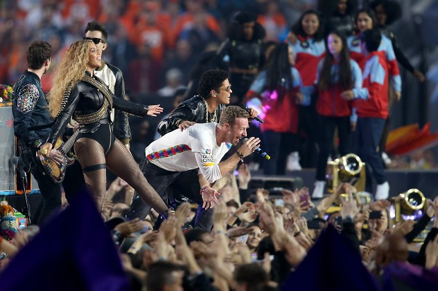 SANTA CLARA, CA - FEBRUARY 07: (L-R) Beyonce, Chris Martin of Coldplay, and Bruno Mars perform during the Pepsi Super Bowl 50 Halftime Show at Levi's Stadium on February 7, 2016 in Santa Clara, California. (Photo by Andy Lyons/Getty Images) ** OUTS - ELSENT, FPG, CM - OUTS * NM, PH, VA if sourced by CT, LA or MoD **