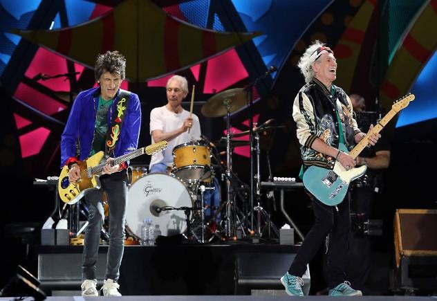 """HAB01. LA HABANA (CUBA), 25/03/2016.- La legendaria banda de rock británica The Rolling Stones ofrece un concierto hoy, viernes 25 de marzo de 2016, en la Ciudad Deportiva de La Habana (Cuba), con una audiencia multitudinaria. """"Sus Satánicas Majestades"""", abrieron esta noche su presentación en la isla, única y gratuita, ante decenas de miles de asistentes no solo de La Habana sino llegados desde distintas provincias de la isla y también personas que tomaron el avión en otros países para no perderse el """"show"""" especial prometido por los míticos músicos. EFE/Alejandro Ernesto"""