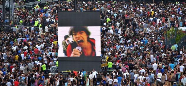 """HAB01. LA HABANA (CUBA), 25/03/2016.- La legendaria banda de rock británica The Rolling Stones ofrece un concierto hoy, viernes 25 de marzo de 2016, en la Ciudad Deportiva de La Habana (Cuba), con una audiencia multitudinaria. """"Sus Satánicas Majestades"""", abrieron esta noche su presentación en la isla, única y gratuita, ante decenas de miles de asistentes no solo de La Habana sino llegados desde distintas provincias de la isla y también personas que tomaron el avión en otros países para no perderse el """"show"""" especial prometido por los míticos músicos. EFE/Rolando Pujol"""