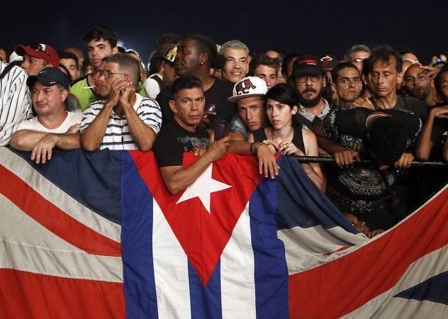 HAB101 LA HABANA (CUBA) 25/03/2016.- Seguidores de la banda británica de rock The Rolling Stones asisten hoy, viernes 25 de marzo de 2016, en La Habana (Cuba) al concierto gratuito ofrecido por la agrupación al pueblo cubano. EFE/Ernesto Mastrascusa