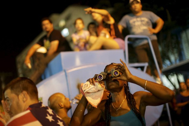 Fans attend a free outdoor concert by the Rolling Stones at the Ciudad Deportiva de la Habana sports complex in Havana, Cuba March 25, 2016. REUTERS/Ueslei Marcelino