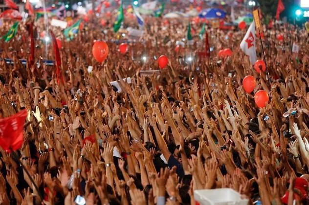 Brazos-manifestantes-mandataria-Lula-AP_CLAIMA20160318_0466_29