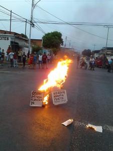 Allup y Mendoza quemados en el estado Aragua. Fotos: @ddtacarigua