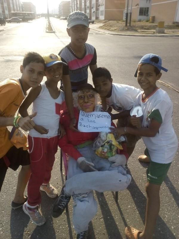 """Los jóvenes de la C.S. La Mora, estado Aragua, copn un muñeco representando un """"bachaquero"""". Foto: @yhonifrensalaza"""