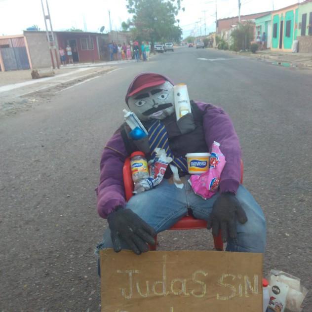 """La comuna Calicanto en Carora, estado Lara, quemó al judas de Lorenzo Mendoza, """"el bachaquero mayor"""". Foto: @lauravrgas1"""