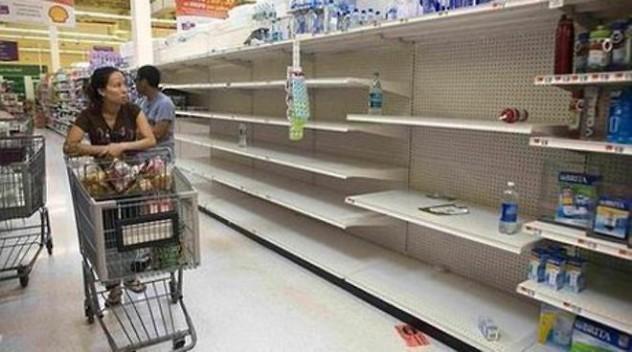La instantánea del supermercado, recortada y pixelada como aparece en las webs de los medios y de la oposición venezolana, para evitar que puedan leerse los carteles en inglés.