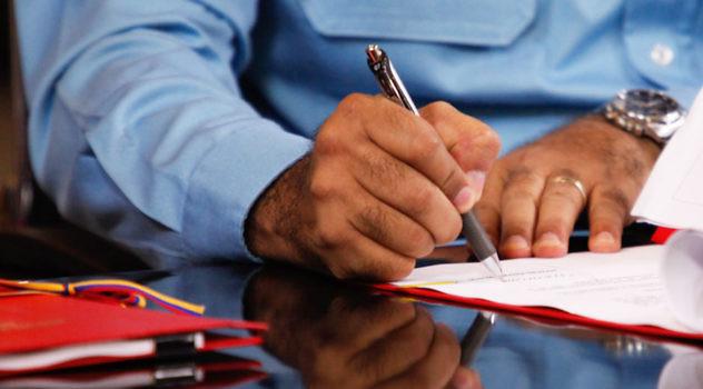 maduro-firma-leyes