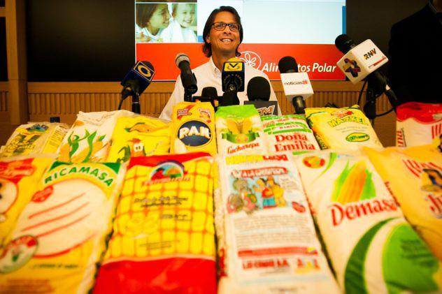 """CAR03 - CARACAS (VENEZUELA), 13/05/2013- El presidente de la corporación industrial venezolana Empresas Polar, Lorenzo Mendoza, ofrece una rueda de prensa hoy, lunes 13 de mayo del 2013, en Caracas (Venezuela). El presidente venezolano, Nicolás Maduro, acusó a Empresas Polar, el mayor grupo alimenticio del país, de reducir su producción y acaparar productos para generar desabastecimiento y dijo que enfrenta un """"sabotaje"""" económico a su gestión. EFE/MIGUEL GUTIÉRREZ"""
