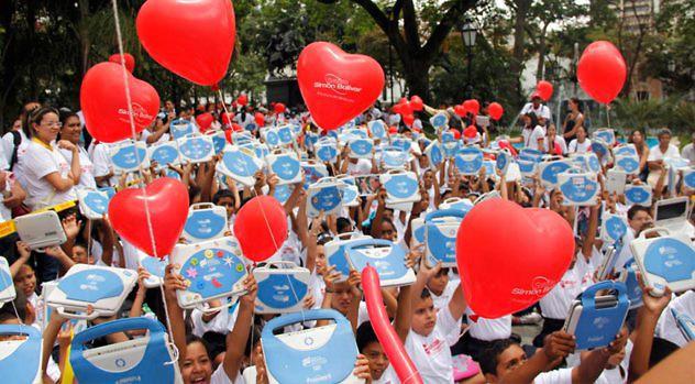 La entrega de 3 millones de computadores portátiles con contenidos educativos a niños y niñas de escuelas públicas venezolanas es otro de los logros del gobierno venezolano frecuentemente omitidos.
