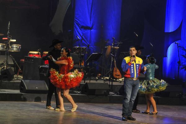 """Actuación del Capitán Juan Escalona, acompañado del Conjunto Fernando Rojas y su Tropa, de Venezuela, en el espectáculo musical """"Corazón Llanero"""", realizado en homenaje al aniversario 90 del natalicio del Comandante en Jefe Fidel Castro, en el Teatro Karl Marx en La Habana, Cuba, el 14 de agosto de 2016. ACN FOTO/Oriol de la Cruz ATENCIO/sdl"""
