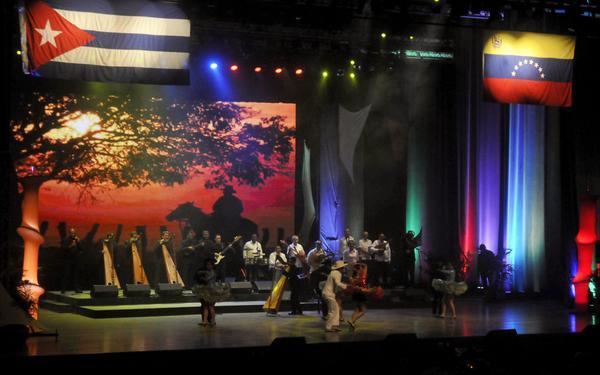 """Espectáculo Musical """"Corazón Llanero"""", realizado por los conjuntos Fernándo Rojas y su Tropa, de Venezuela, y María Victoria y su Conjunto, de Cuba, dedicado especialmente a Fidel Castro, en su cumpleaños 90, en el Teatro Karl Marx, en La Habana, Cuba, el 14 de agosto de 2016. ACN FOTO/Oriol de la Cruz ATENCIO/sdl"""
