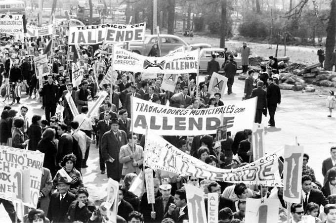 1280px-allende_supporters-1024x679