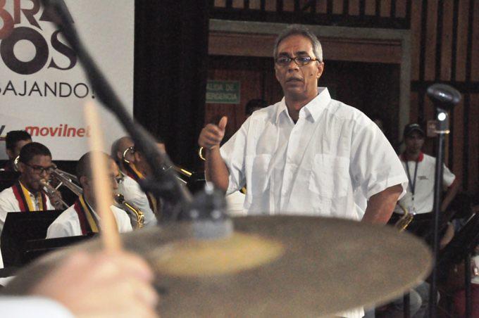con-derroche-de-talento-alfredo-naranjo-se-estreno-como-director-de-la-orquesta-latinocaribena-simon-bolivar