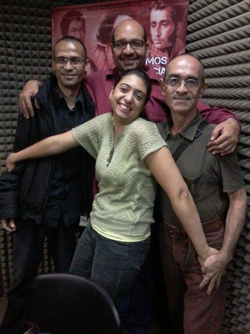 """Carlos Herrera junto a los integrantes del programa """"Teatro con tertulia"""" de Alba Ciudad. Foto vía @miPuntoCritico"""