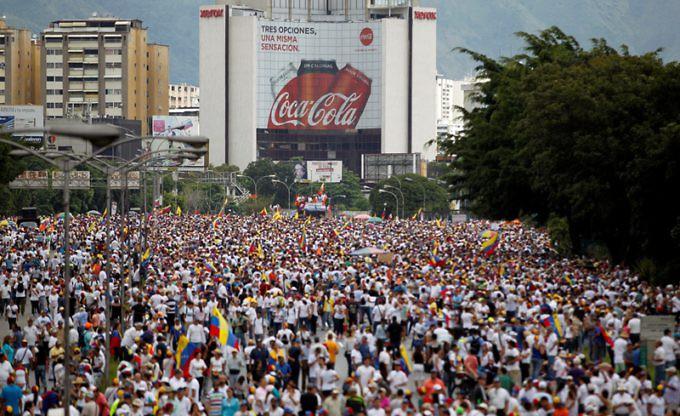 Grandes transnacionales y empresas extranjeras y venezolanas pudieran estarse movilizando en favor del golpe contra Nicolás Maduro. Foto: Reuters