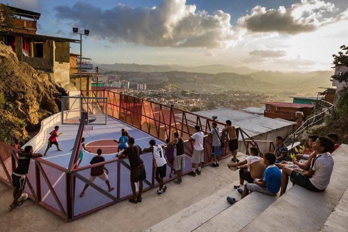 Jóvenes practicando baloncesto en la cancha del barrio Canaima, Los Frailes de Catia, Caracas.Cortesía José Bastidas.