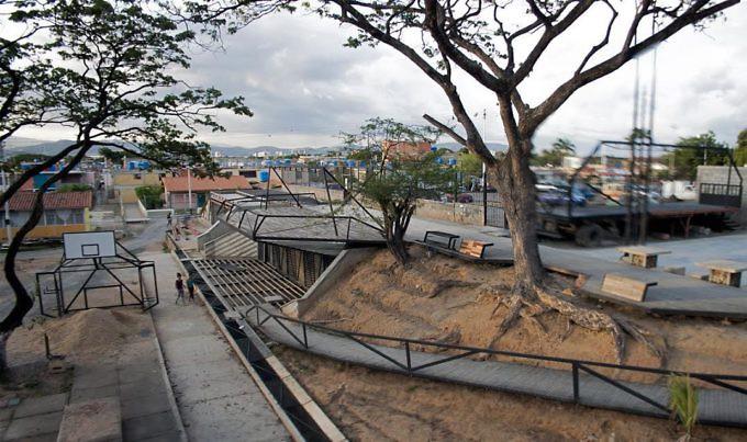 Aspecto de la construcción del Parque Industrial RED. Los Cerrajones, Barquisimeto, Venezuela.Cortesía Irina Urriola.