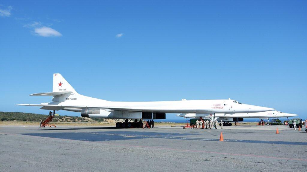 Bombaderos rusos Tu-160 aterrizaron en Venezuela (+FOTOS) DuE8asuW4AAO89A