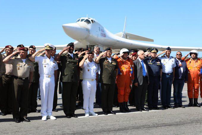 Bombaderos rusos Tu-160 aterrizaron en Venezuela (+FOTOS) DuExTCXW0AAo9sY-680x453
