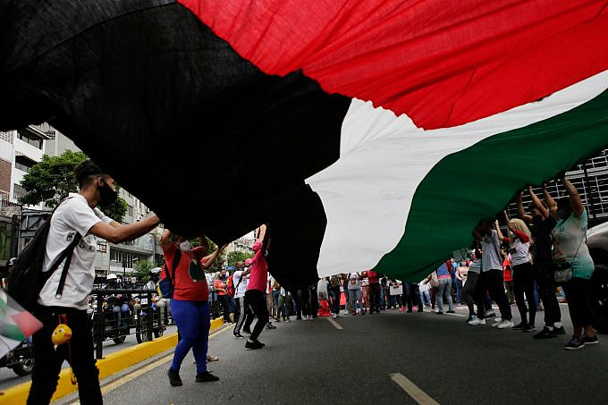 A group of young people hold a Palestinian flag during a mobilization in Caracas, Venezuela, on Tuesday, May 25, 2021. Photo: Jesús Vargas, AVN